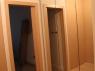 drzwi-obok-szafy-z-lustrem