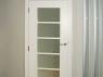 stylowe-drzwi-biale-z-wysokim-gzymsem-i-ozdobnymi-zawiasami-1