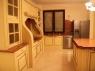 kremowa-stylowa-kuchnia-ze-zloceniami-2