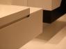 fronty-bezuchwytowe-zblizenie-nowoczesna-szafka-lazienkowa